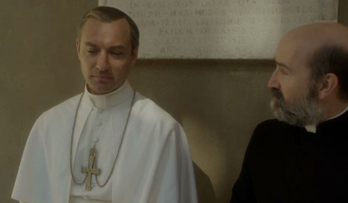 "Jude Law y Javier Cámara en ""The young pope"" de Paolo Sorrentino"