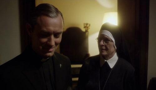 "Jude Law y Diane Keaton en ""The young pope"""